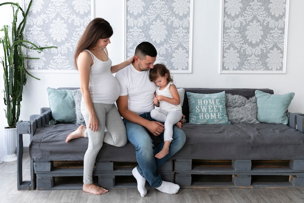 Familie, die zeit zusammen im wohnzimmer verbringt