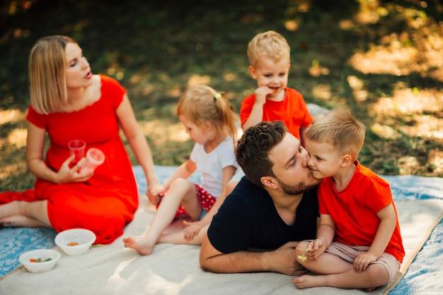 Familie, die zeit zusammen verbringt