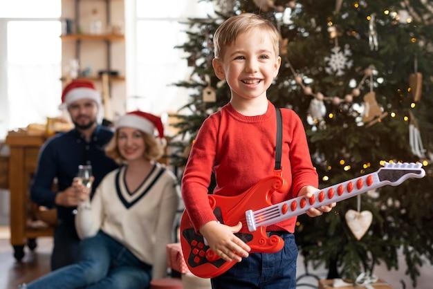 Familie, die zeit zusammen zu hause an weihnachten verbringt