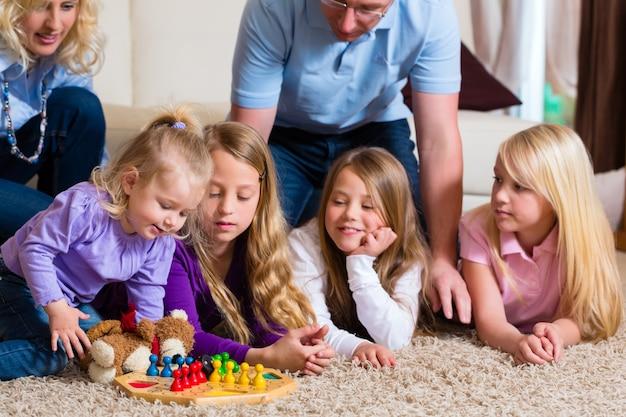 Familie, die zu hause brettspiel spielt