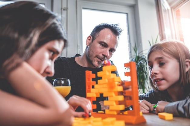 Familie, die zu hause brettspiele spielt