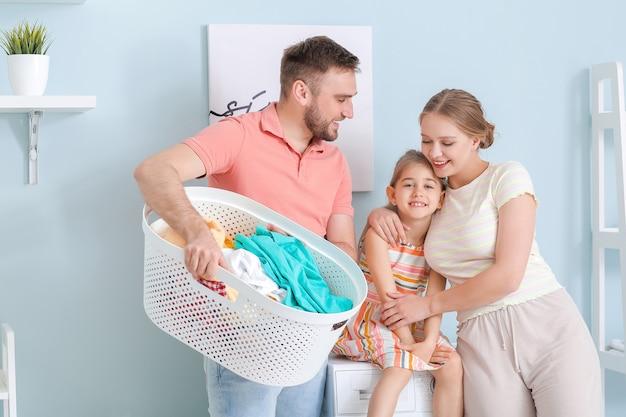 Familie, die zu hause wäsche macht