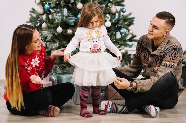 Familie, die zu hause weihnachten feiert