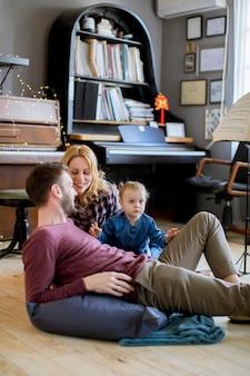 Familie, die zu hause zeit mit ihrer tochter verbringt