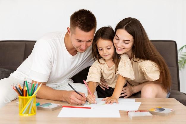 Familie, die zu hause zusammen zeichnet