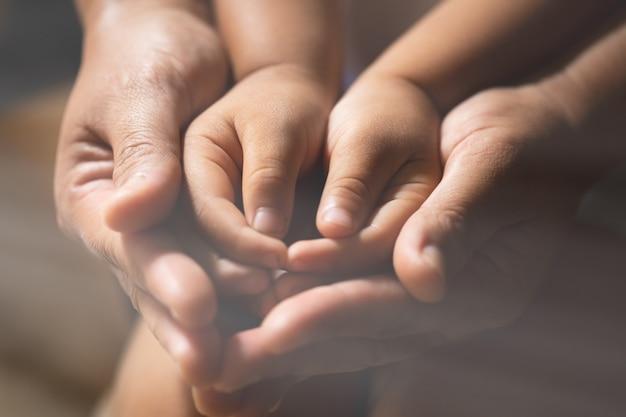 Familie, die zuhause betet