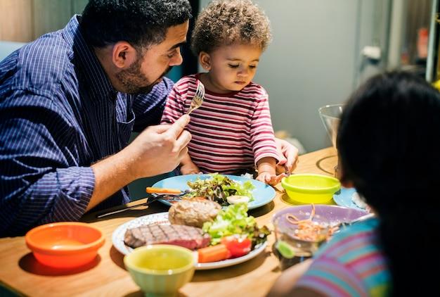 Familie, die zusammen am speisetische isst