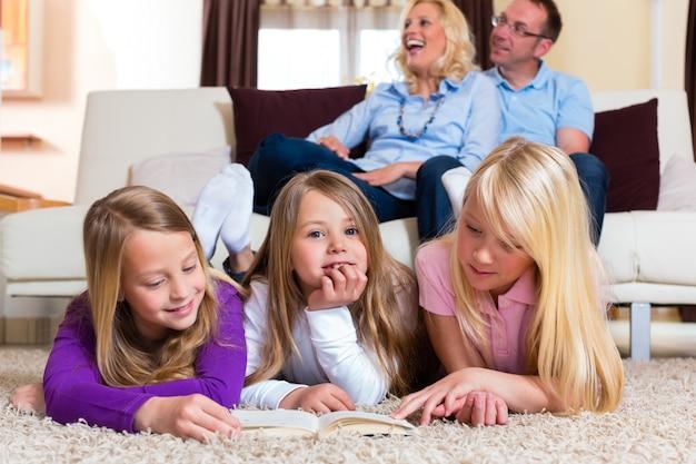 Familie, die zusammen ein buch liest