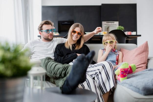 Familie, die zusammen film guckt Premium Fotos