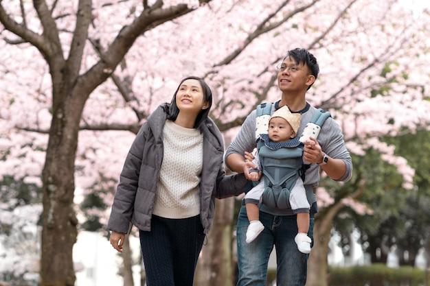 Familie, die zusammen im freien entspannt