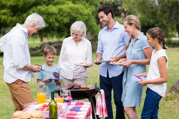 Familie, die zusammen im park genießt