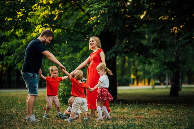 Familie, die zusammen in einem kreistanz ist