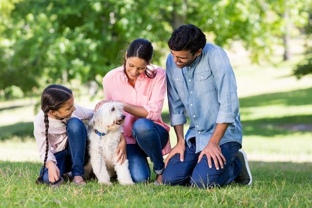 Familie, die zusammen mit ihrem hund im park genießt