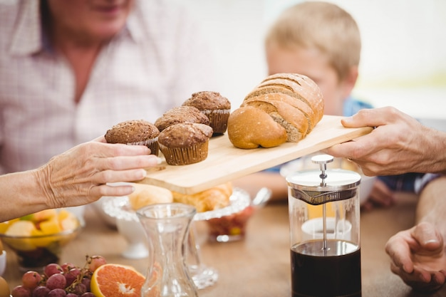 Familie, die zusammen zu hause frühstückt