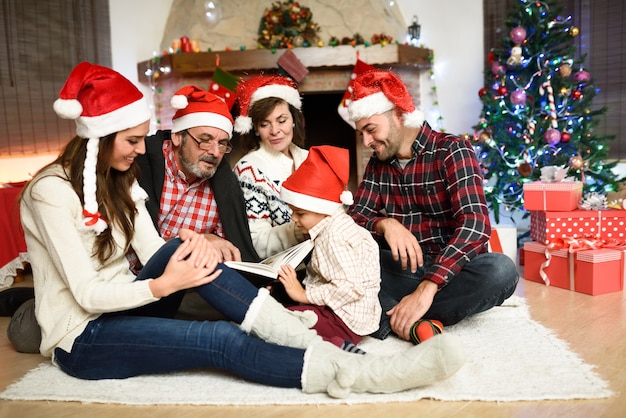 Familie ein buch zu lesen zusammen in ihrem wohnzimmer