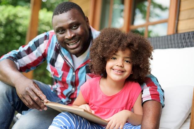 Familie entspannen sich glück-feiertags-nettes konzept