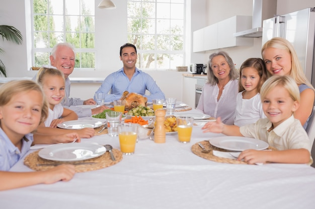 Familie feiert erntedankfest