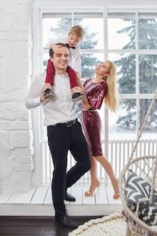 Familie feiert weihnachten und neujahr. mutter vater und sohn umarmen sich, familienurlaub