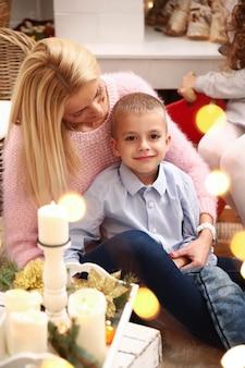 Familie feiert weihnachten