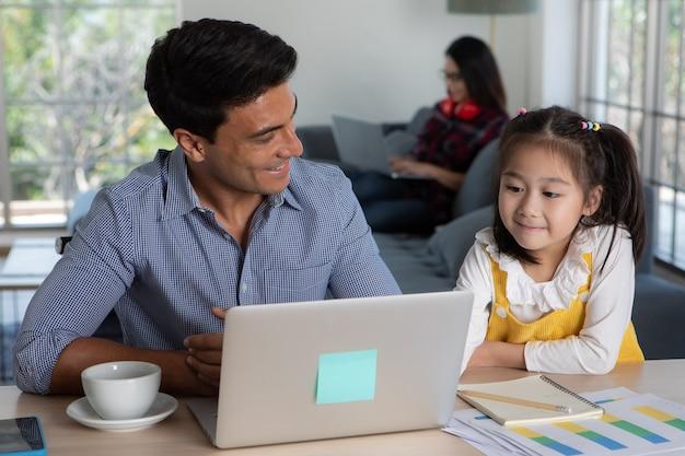 Familie gemischter rassen, die zusammen im wohnzimmer bleiben