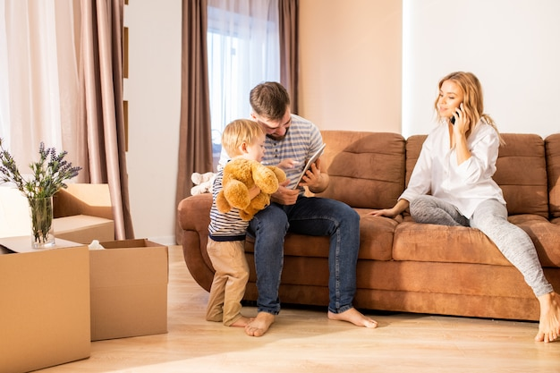 Familie genießt das wochenende zu hause
