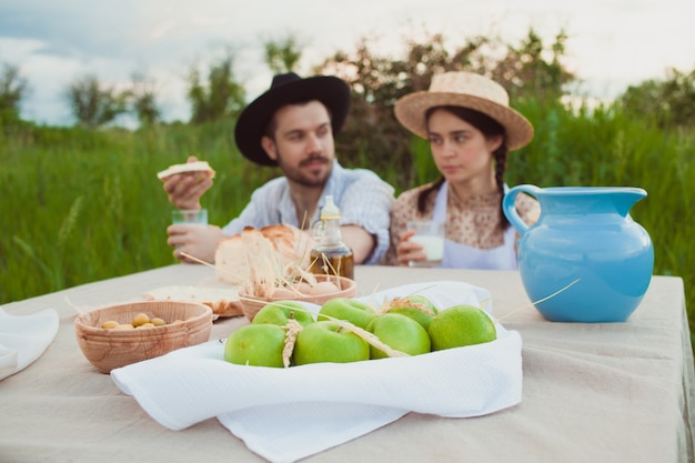 Familie genießt ein picknick auf dem feld