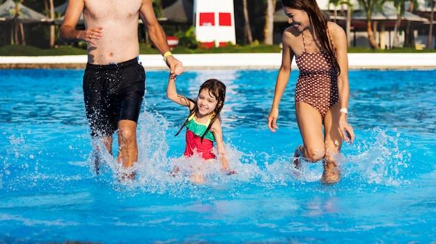 Familie genießt einen schönen tag am pool