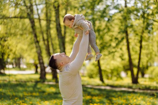 Familie genießt walk in park