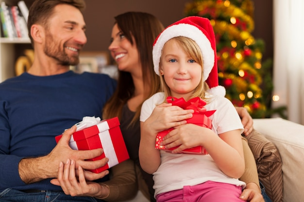 Familie genießt weihnachtszeit zu hause