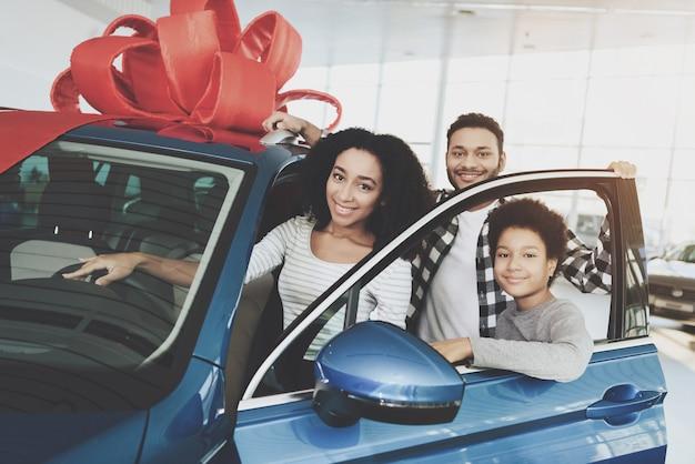Familie gewann auto vater und sohn machen geschenk für mama