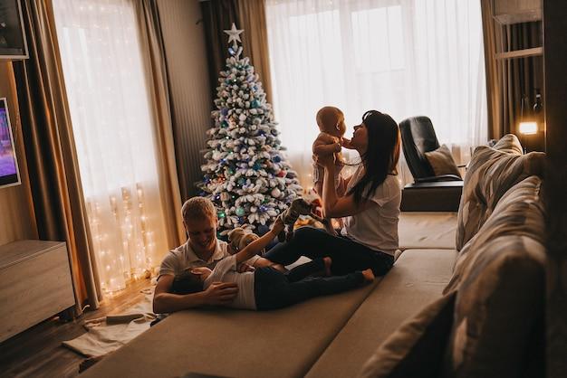 Familie grüßt weihnachten