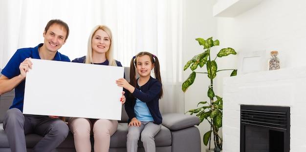 Familie hält fotoleinwand zu hause