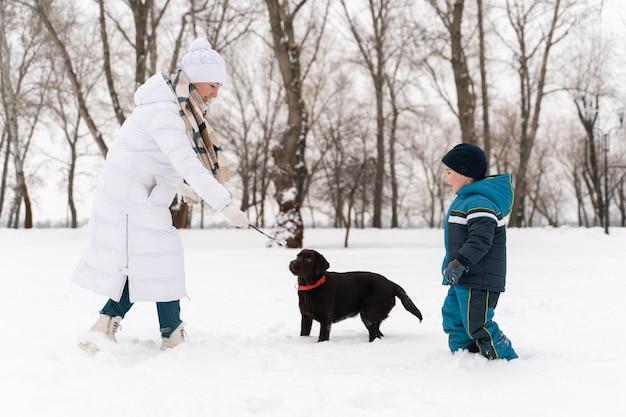 Familie hat spaß im schnee