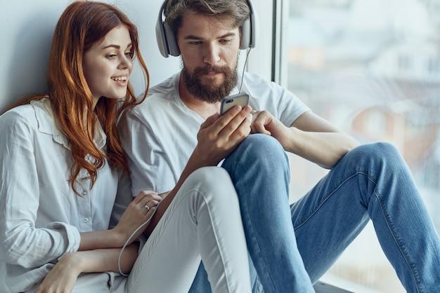 Familie im chat in der nähe des fensters romantik freude technologie. foto in hoher qualität
