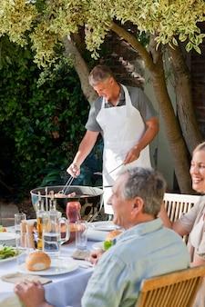 Familie im garten essen