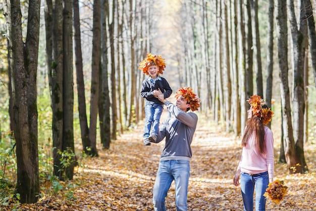Familie im herbstpark.