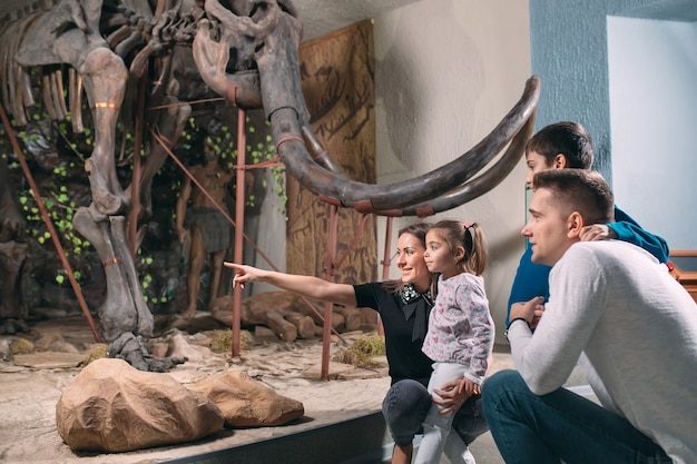Familie im museum