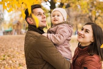 Familie im Park, der Herbstnatur bewundert