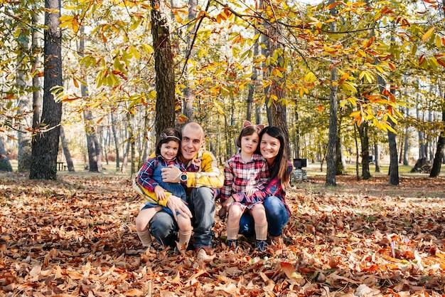 Familie im park im herbst