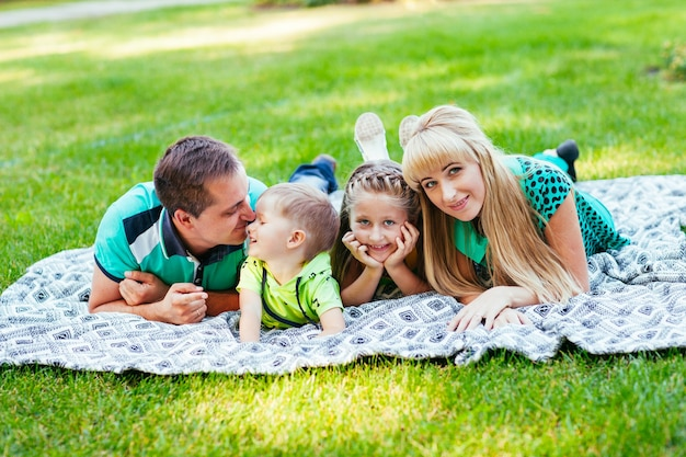 Familie im park liegend