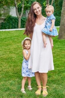 Familie im park, mutter und ihre beiden kindertöchter