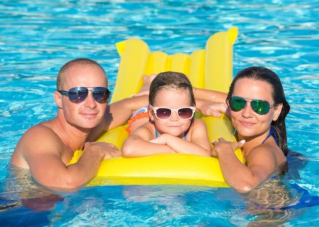 Familie im schwimmbad