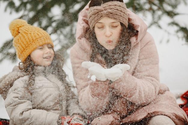 Familie im urlaub im verschneiten wald