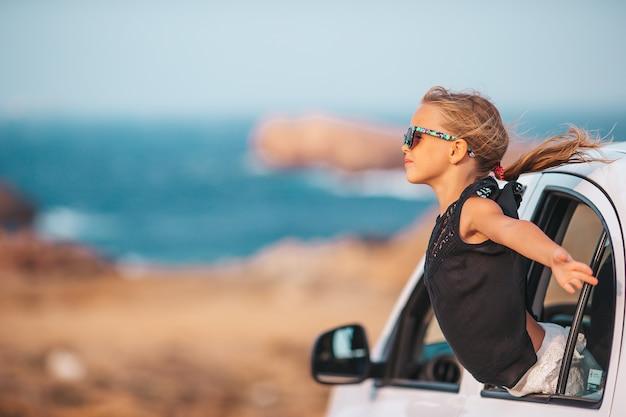 Familie im urlaub. sommerferien- und autofahrkonzept