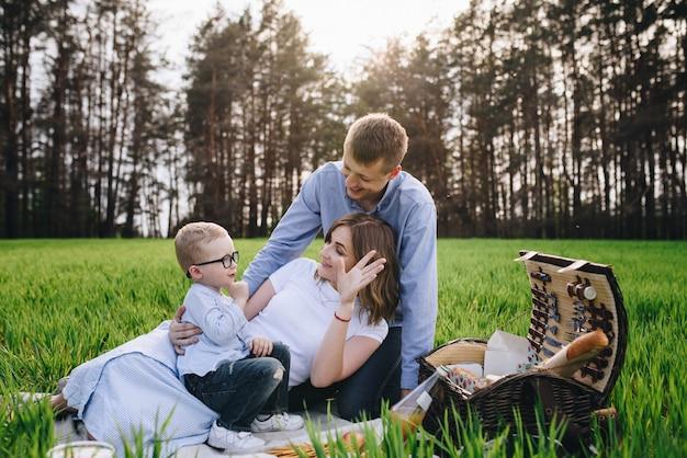 Familie im wald bei einem picknick.