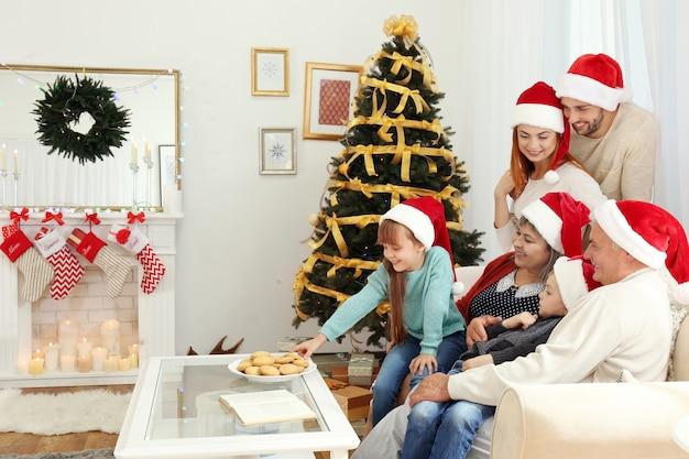 Familie im weihnachtlich dekorierten wohnzimmer