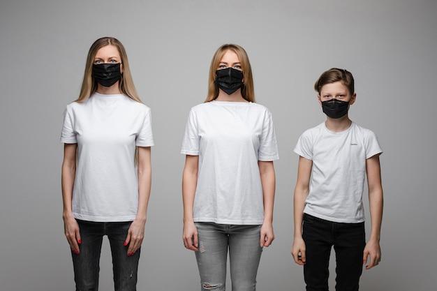 Familie in atemschutzmasken, die methoden zur virenprävention demonstrieren.