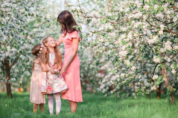 Familie in blühendem apfelgarten draußen