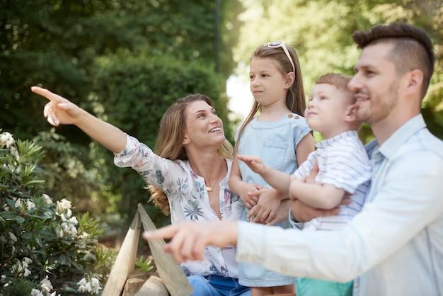 Familie in den zoo bringen
