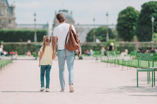 Familie in der europäischen stadt, paris, frankreich. französische sommerferien, reise und leutekonzept.
